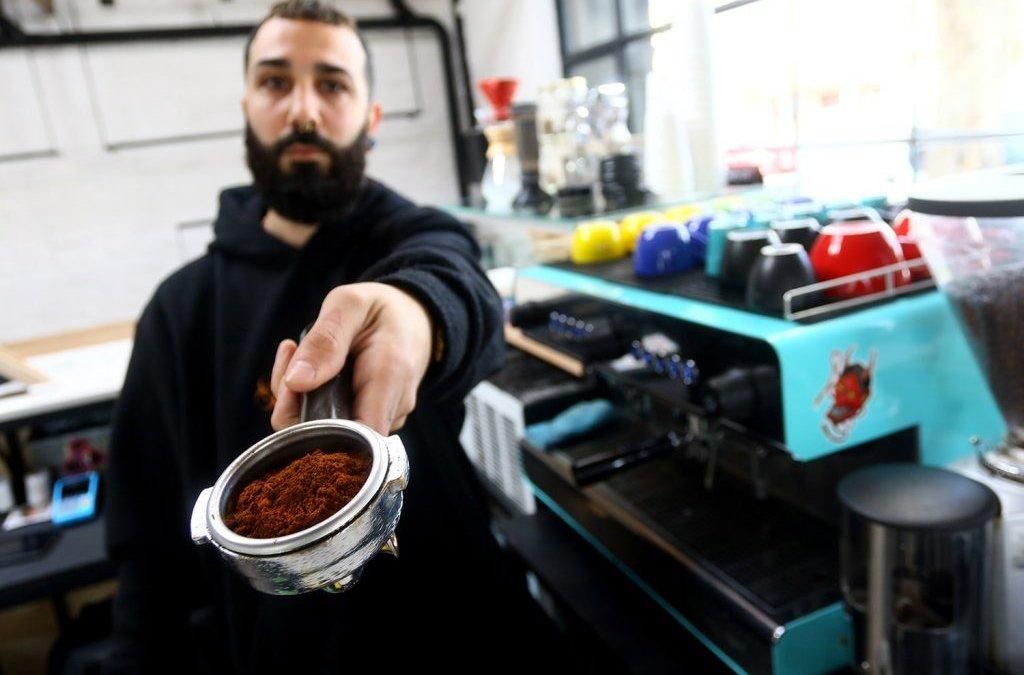 Consumo responsable: la cafetera marplatense fabricada con descartes de café